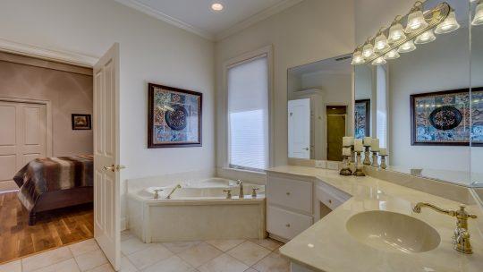 Jak dobrze urządzić dużą łazienkę?