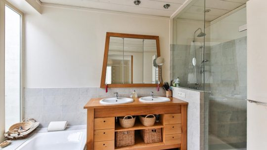 Jak dopasować lustro do rozmiaru łazienki?